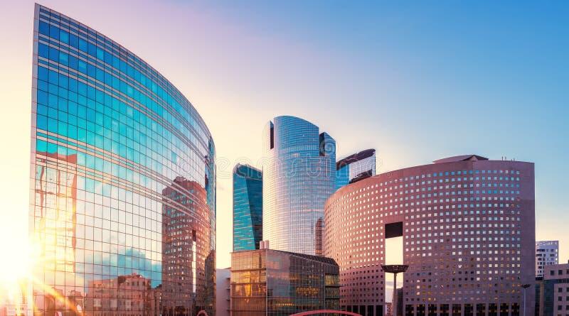 现代摩天大楼全景视图在日落的,法国巴黎 免版税库存图片
