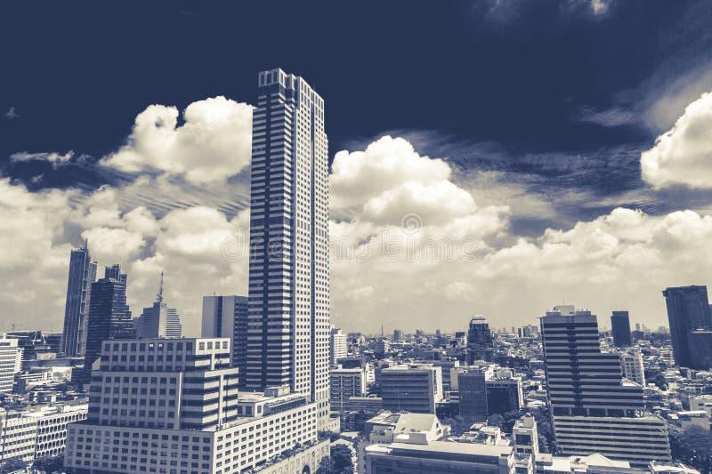 现代摩天大楼,横跨Silom,曼谷的白天看法 视线内包括首饰贸易中心 免版税库存图片