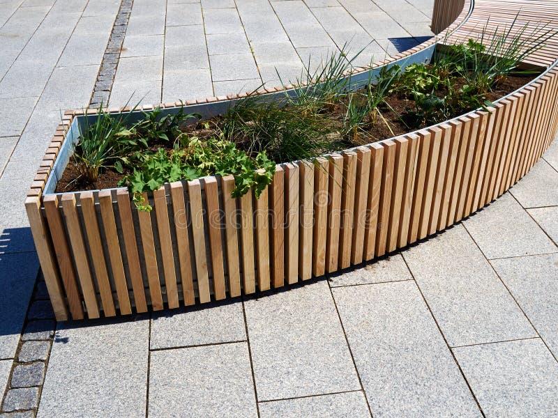 现代斯堪的纳维亚样式都市室外长木凳结合了wi 免版税图库摄影