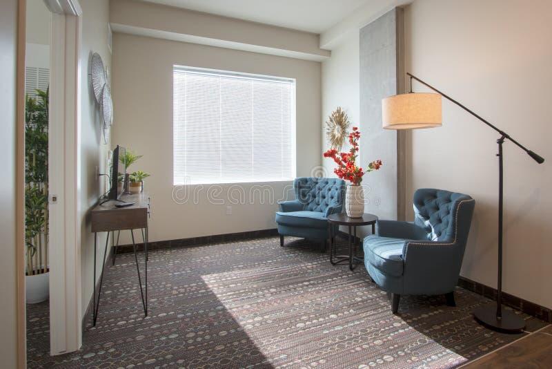 现代新的公寓客厅和家具 免版税库存照片