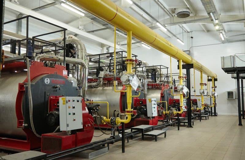 现代新的气体加热在锅炉室上铜工作 库存照片
