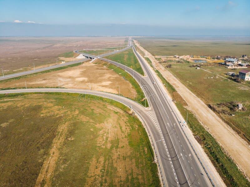 现代新的高速公路路鸟瞰图有运输连接点的交通的,被射击的寄生虫 图库摄影