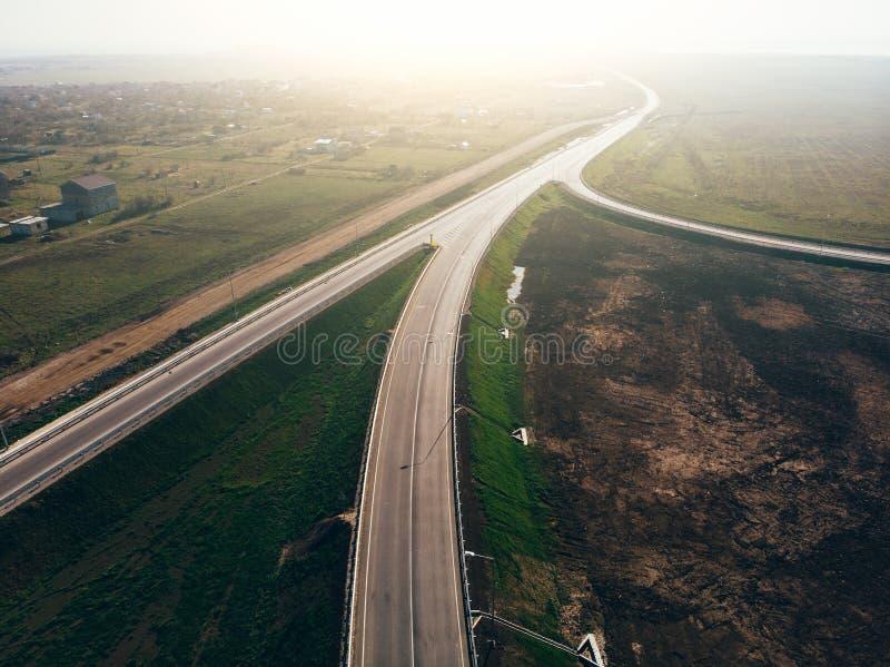 现代新的高速公路路鸟瞰图有运输连接点的交通的 免版税库存照片