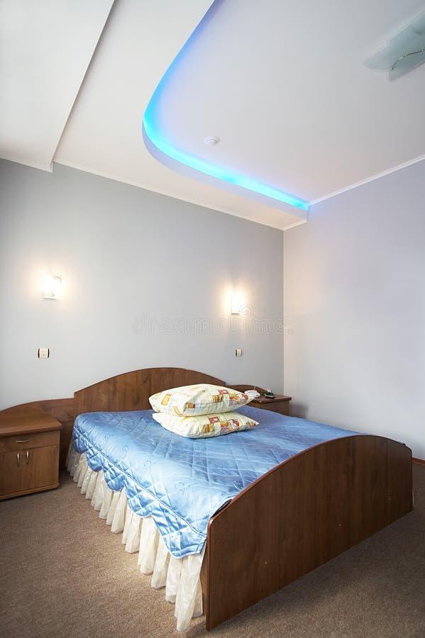 现代旅馆的卧室 库存照片