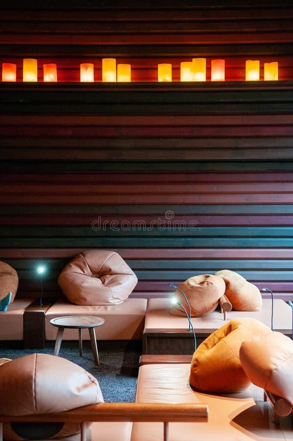 现代日本客厅内部,辎重袋,舒适木的桌 库存图片