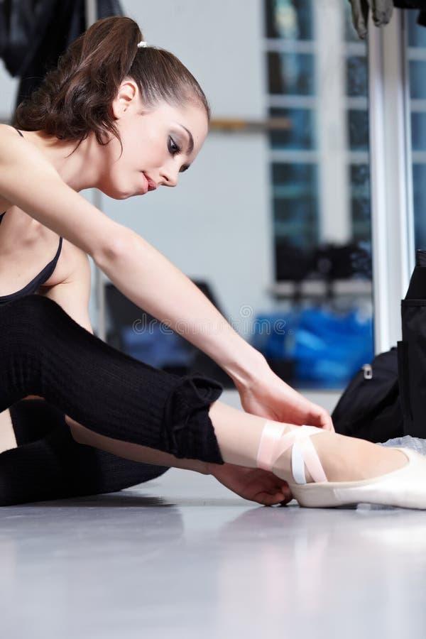 现代有吸引力的跳芭蕾舞者 库存照片