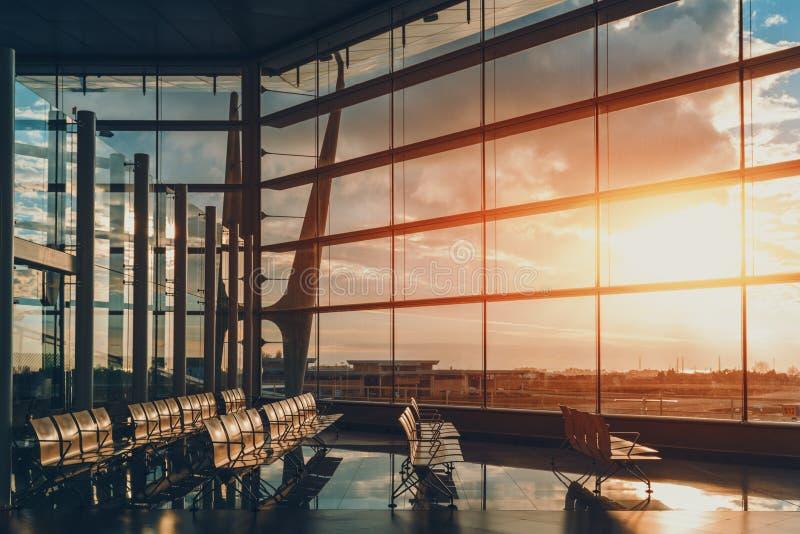 现代有空位的机场等待的大厅 库存图片