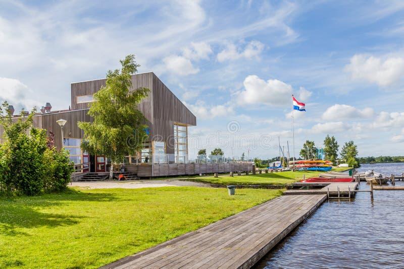 现代木小游艇船坞大厦 免版税库存图片