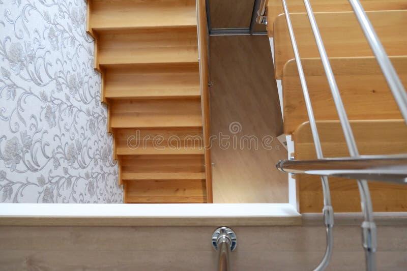 现代木楼梯在房子里 顶视图 免版税库存照片