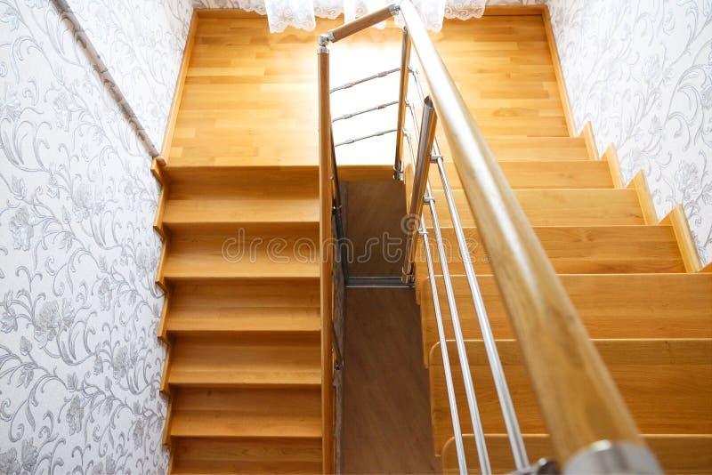 现代木楼梯在房子里 顶视图 免版税图库摄影