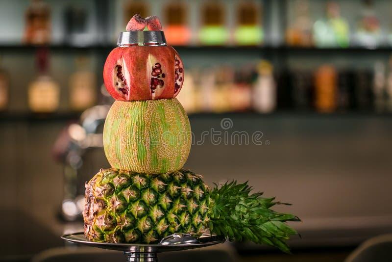 现代果子水烟筒碗用菠萝瓜和石榴 库存照片