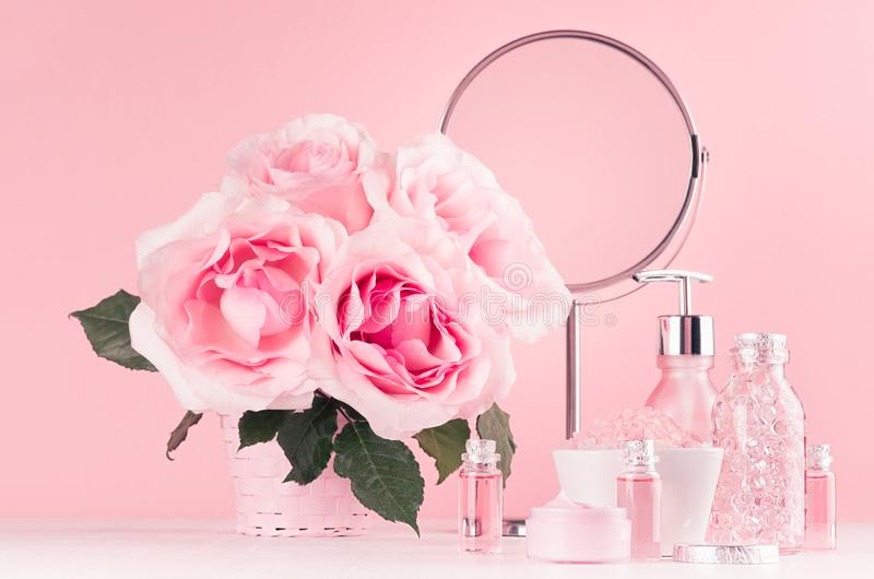 现代柔和的少女卫生间装饰-浴的,温泉,玫瑰花束,圆的镜子,在白色木头的浴辅助部件化妆用品 免版税库存图片