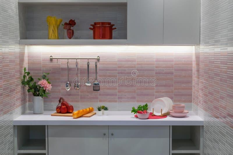 现代样式微型厨房室内部用一些食物 免版税库存照片