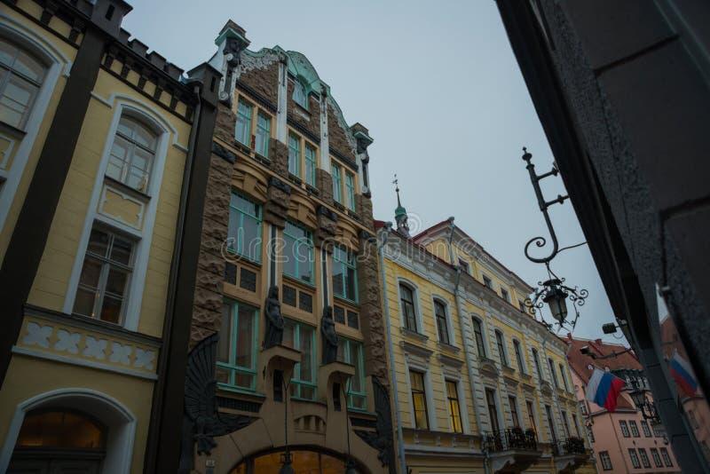 现代样式的议院与龙的浅浮雕 街道和奥尔德敦建筑学爱沙尼亚首都,塔林 免版税库存照片