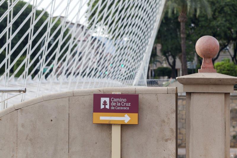 现代桥梁细节和标志寻址香客方式, Camino de la Cru 免版税图库摄影