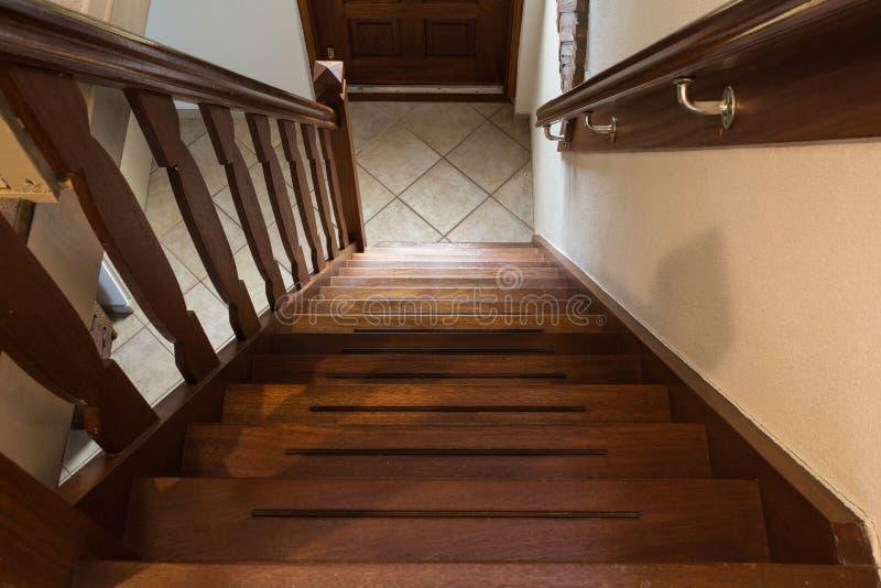 现代棕色橡木木台阶,从顶面,经典家庭样式的看法 库存照片