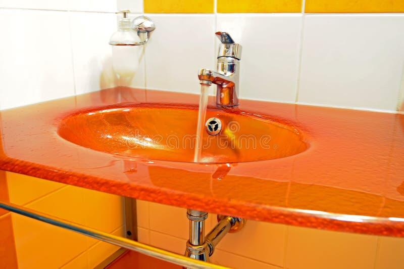 现代橙色水槽 库存照片