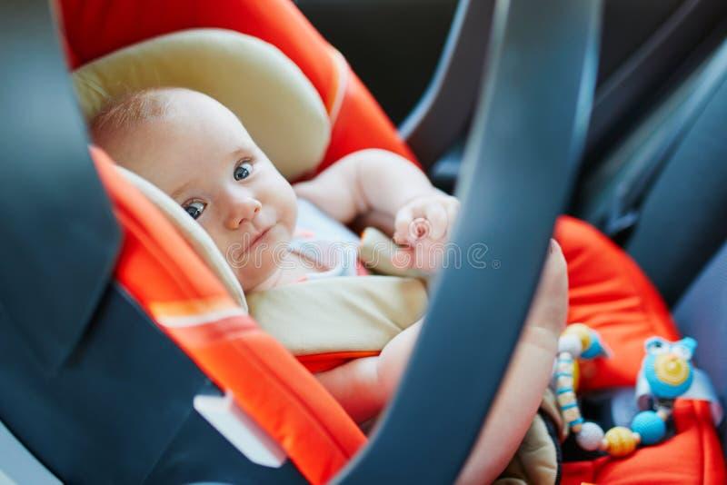 现代汽车座位的可爱的女婴 免版税库存图片