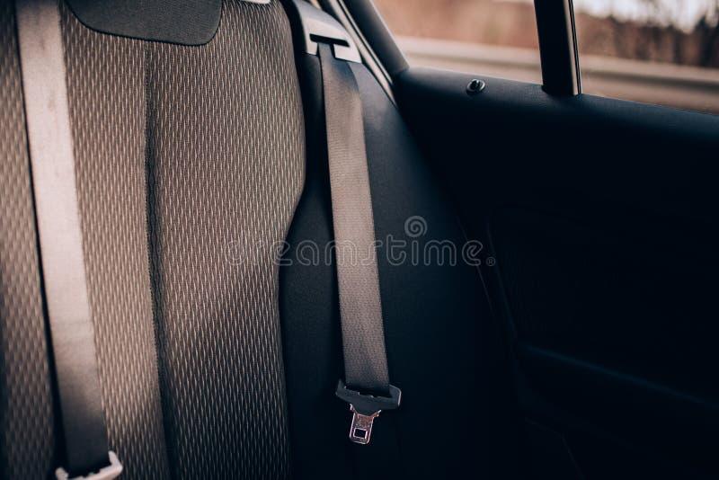 现代汽车细节、安全带在后方汽车座位与室内装饰品和安全特点 免版税库存图片