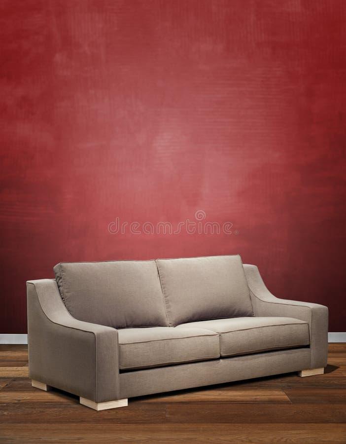 现代沙发对织地不很细红色墙壁 免版税库存图片