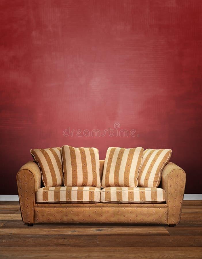 现代沙发对织地不很细红色墙壁 库存图片