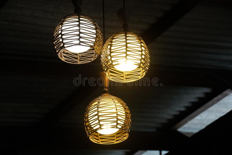 现代泰国垂悬的灯木制框架 库存图片