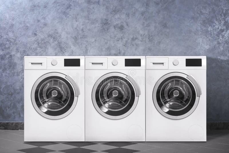 现代洗衣机临近颜色墙壁户内 图库摄影