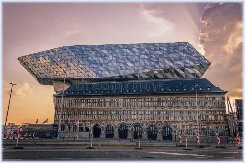 现代港总部在安特卫普,日落的比利时 免版税库存图片