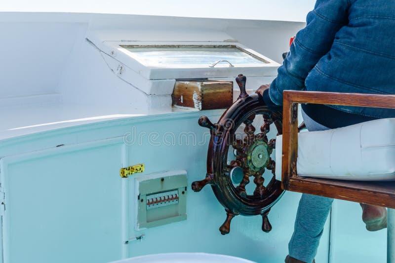现代游艇方向盘和上尉手的特写镜头 免版税库存图片