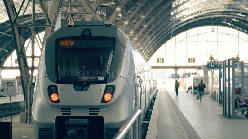 现代火车向基辅 旅行到乌克兰概念性例证 免版税库存图片