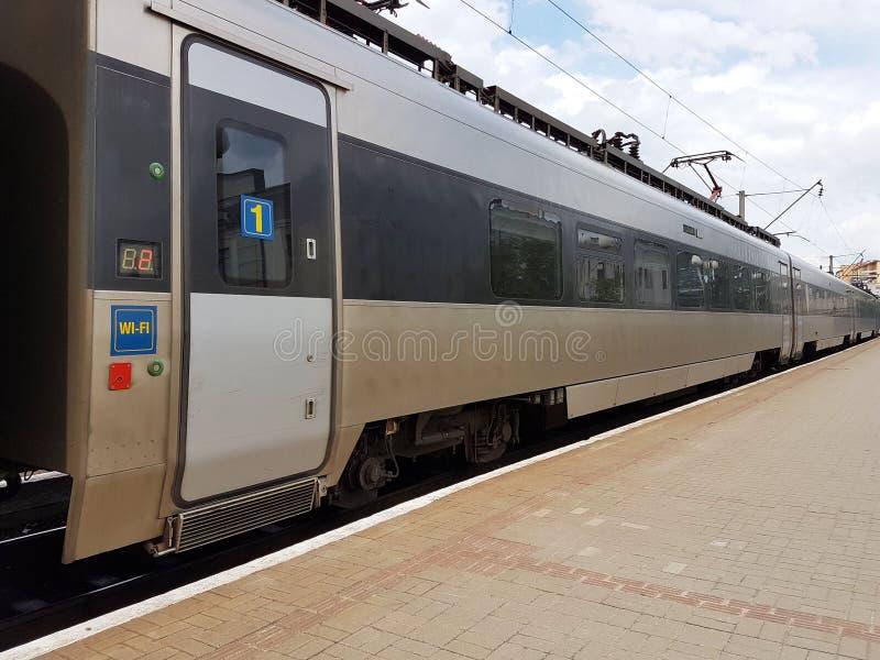 现代火车的构成在利沃夫州火车站的平台的 基础设施快速的运输 高科技 库存图片