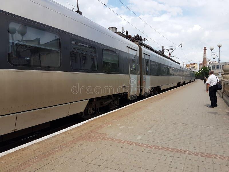 现代火车的构成在利沃夫州火车站的平台的 基础设施快速的运输 高科技 免版税库存照片