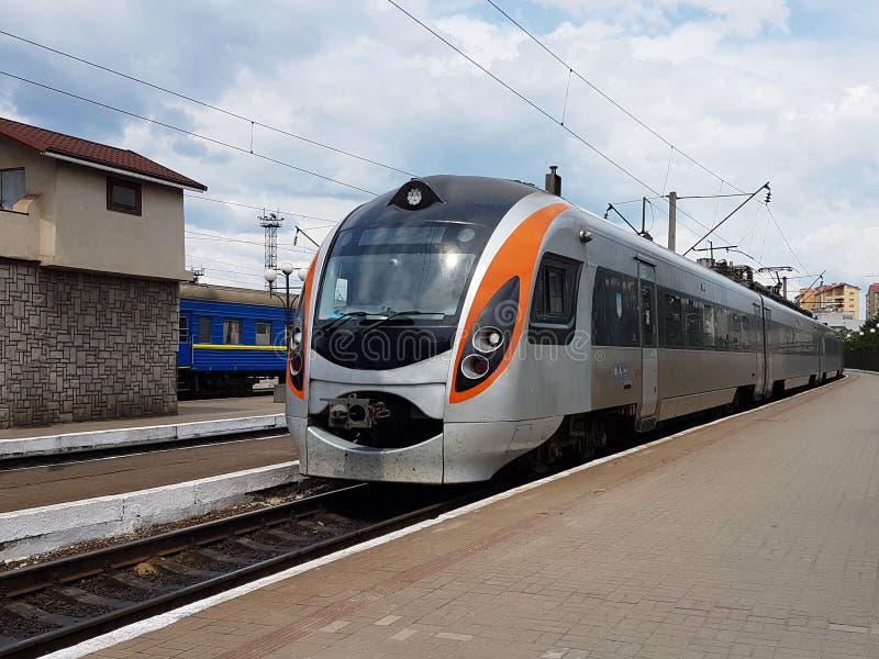 现代火车的构成在利沃夫州火车站的平台的 基础设施快速的运输 高科技 库存照片