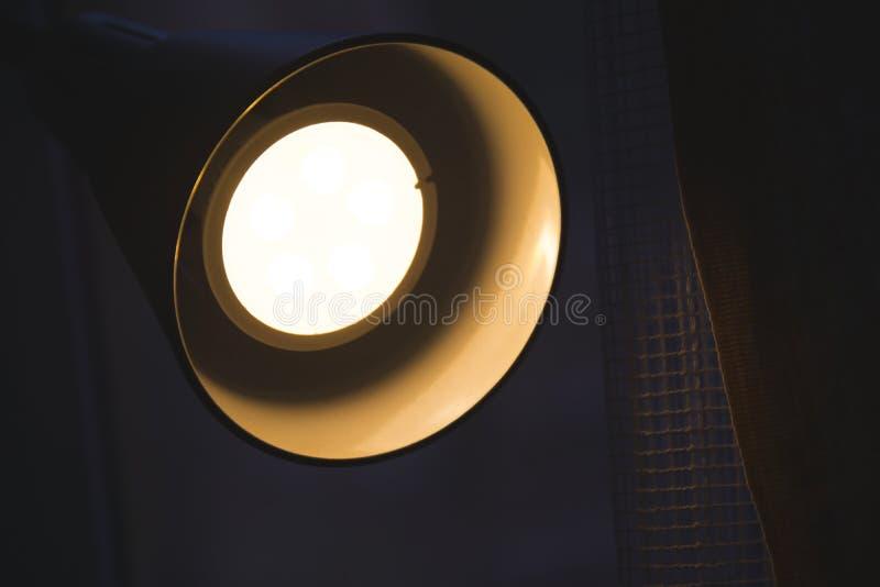 现代灯照明设备的细节在晚上 免版税库存照片
