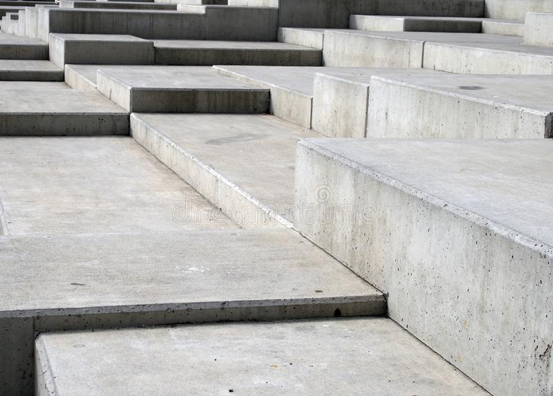 现代灰色具体有角步的关闭在多个水平上的几何有角的形状 免版税图库摄影
