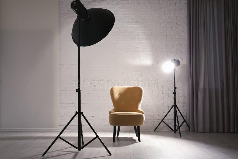 现代照相馆内部用专业照明设备 免版税图库摄影