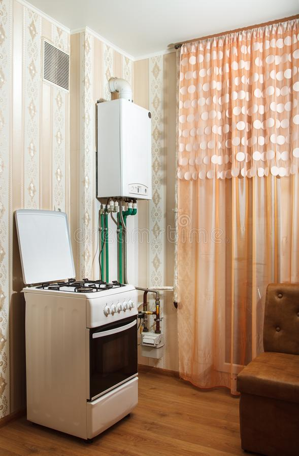 现代燃气锅炉和火炉在厨房里 免版税图库摄影