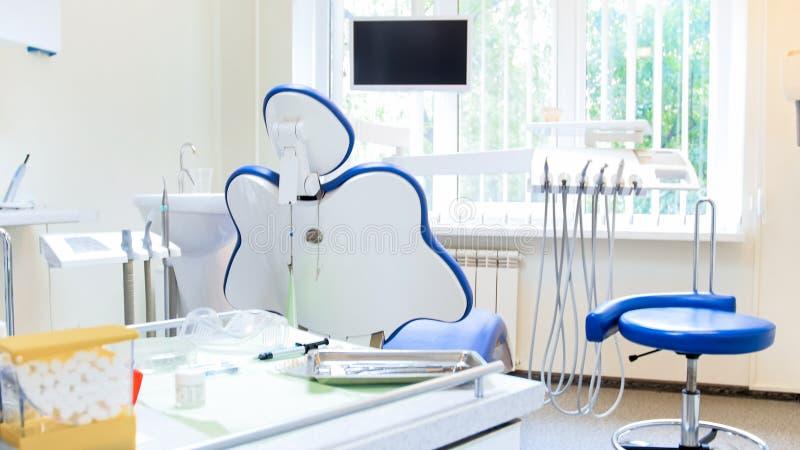 现代牙齿诊所内部用专业设备 免版税库存照片