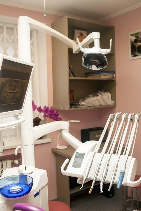 现代牙齿诊所办公室内部有牙齿单位的, equipm 免版税库存照片