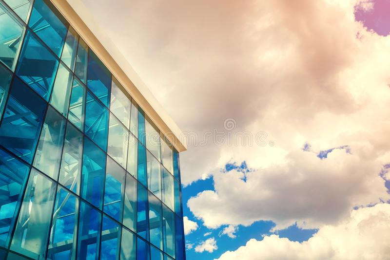现代玻璃蓝色商业中心建筑学底视图  免版税库存照片
