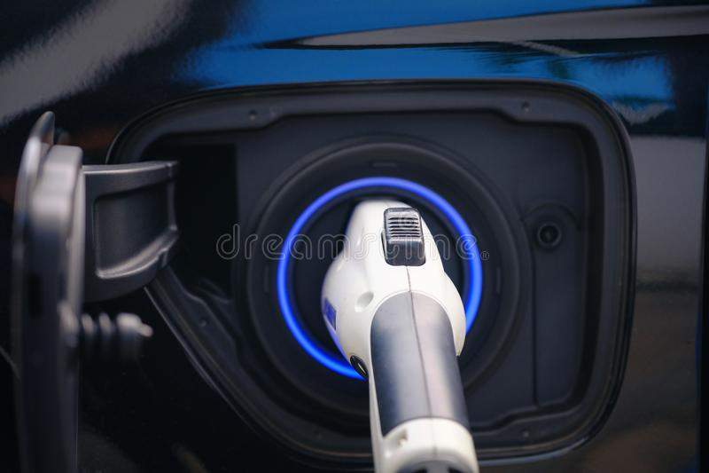 现代电动车电池充电是汽车的未来,电源的近接接入 免版税库存照片