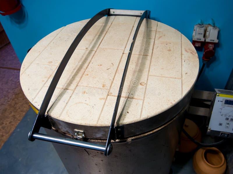 现代电烤箱黏土生火 免版税库存照片