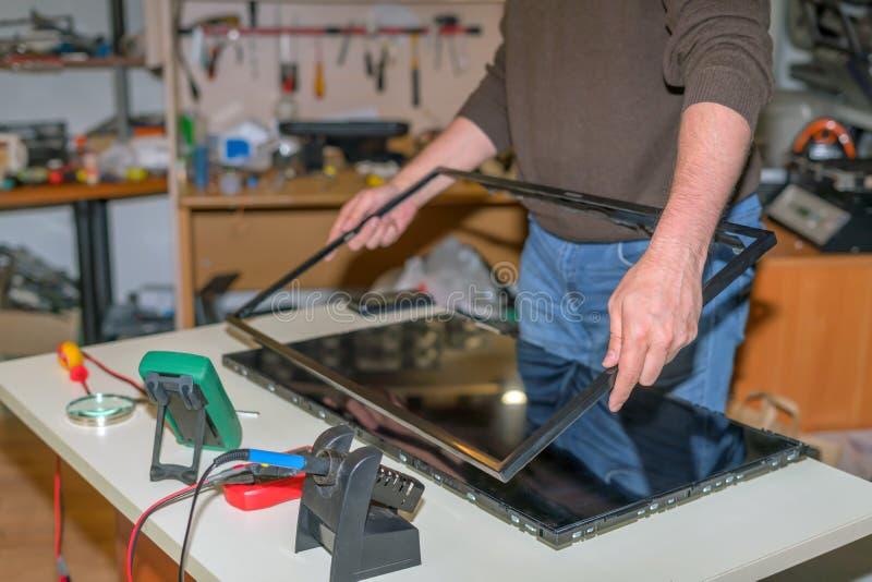 现代电视修理,拆卸屏幕替换LCD矩阵 库存照片