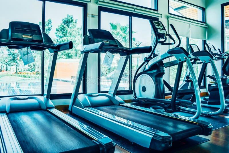 现代电踏车和训练器材在健身房室健身中心 图库摄影