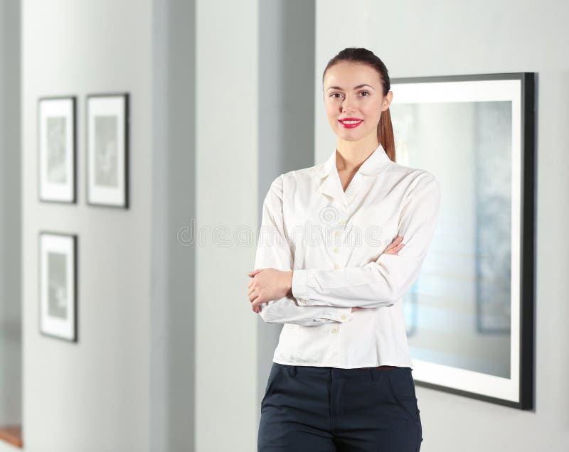 现代画廊的美丽的女孩 库存图片