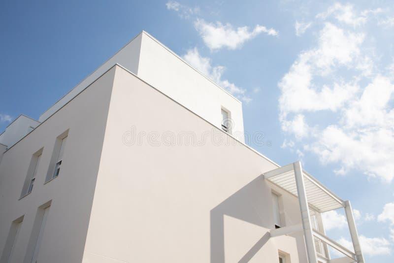 现代白色公寓单元的抽象片段在蓝色云彩天空的 免版税库存图片