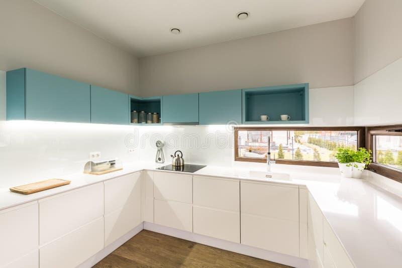 现代白色和绿松石厨房 图库摄影