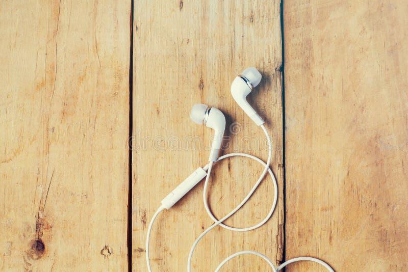 现代白色耳机,白色在耳朵耳机 免版税库存图片