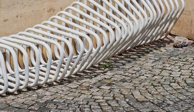 现代白色自行车机架和大卵石石头路面 免版税库存照片