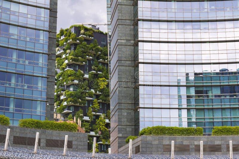 现代的同居和自然概念,博斯科Verticale apartament房子看法,意大利米兰 免版税库存图片
